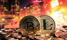 Bitcoin y litecoin en fondo colorido Fotos de archivo libres de regalías
