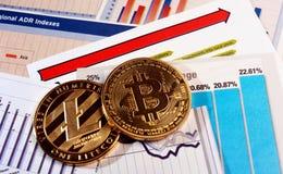 Bitcoin y litecoin en gráfico de la subida Fotografía de archivo