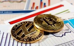Bitcoin y litecoin en gráfico de la subida Fotos de archivo libres de regalías