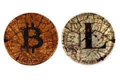 Bitcoin y litecoin quebrados de las monedas en un fondo blanco imágenes de archivo libres de regalías