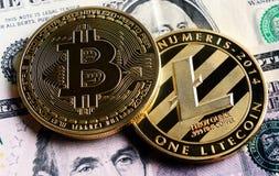 Bitcoin y Litecoin sobre billetes de banco del dólar Imagen de archivo