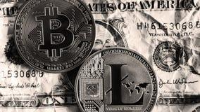 Bitcoin y Litecoin sobre billetes de banco del dólar Rebecca 36 Imágenes de archivo libres de regalías