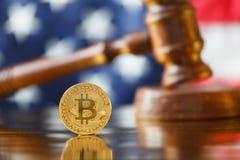 Bitcoin y mazo del juez Fotos de archivo libres de regalías