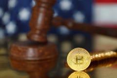 Bitcoin y mazo del juez foto de archivo