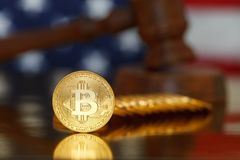 Bitcoin y mazo del juez Fotografía de archivo