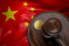 Bitcoin y mazo del juez que pone en la bandera de China Fotografía de archivo libre de regalías