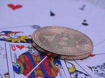 Bitcoin y naipes en fondo Fotografía de archivo