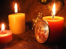 Bitcoin y ` s de la luz de una vela tres imágenes de archivo libres de regalías