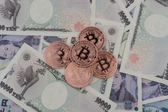 Bitcoin y yenes japoneses Fotografía de archivo