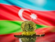Bitcoin złocista moneta i defocused flaga Azerbejdżan tło Wirtualny cryptocurrency pojęcie zdjęcia royalty free
