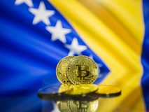 Bitcoin złocista moneta i defocused flaga tło Bośnia i Herzegovina obrazy royalty free