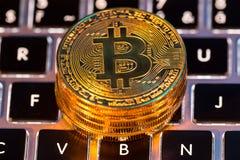 Bitcoin złociste monety z laptop klawiaturą Wirtualny cryptocurrency pojęcie obrazy royalty free