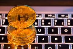 Bitcoin złociste monety z laptop klawiaturą Wirtualny cryptocurrency pojęcie obraz stock
