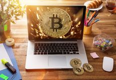 Bitcoin złociste monety z laptopem Wirtualny cryptocurrency pojęcie fotografia royalty free