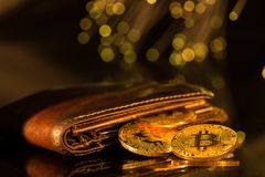 Bitcoin złociste monety z portflem Wirtualny cryptocurrency pojęcie zdjęcie royalty free