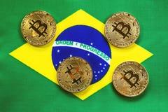 Bitcoin Złocisty kolor na flaga Brazylia obraz stock