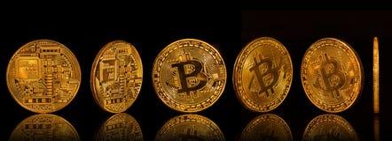 Bitcoin złocistych monet kolekcja na czarnym tle zdjęcia royalty free
