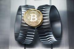 Bitcoin złota moneta kłama na gearwheel zdjęcia royalty free