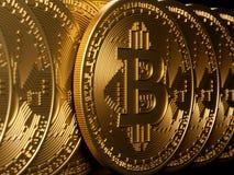 Bitcoin złocisty odosobnienie na czerni Zdjęcia Stock