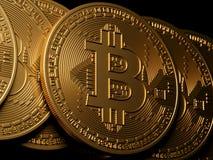 Bitcoin złocisty odosobnienie na czerni Fotografia Stock