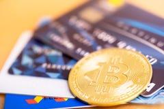 Bitcoin z?ota moneta i wiz karty kredytowe fotografia stock