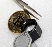 Bitcoin z powiększać - szkło i pincety Obraz Stock