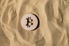 Bitcoin-Zeichen auf dem Sand lizenzfreie stockfotos