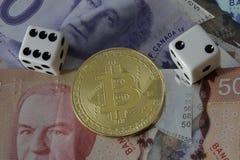 Bitcoin-Zeichen mit Geld und Würfeln Stockbild