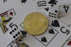 Bitcoin-Zeichen mit Karten und Würfeln Lizenzfreie Stockbilder