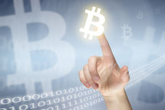 Bitcoin-Zeichen und weibliche Hand lizenzfreie stockbilder