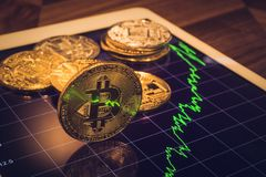 Bitcoin-Zeichenlicht reflektieren sich vom Preismarktdiagramm Stockbild