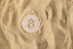 Bitcoin znak Na piasku zdjęcie royalty free