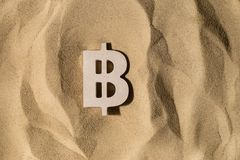 Bitcoin znak Na piasku zdjęcie stock