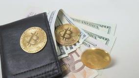 Bitcoinbroodjes aan de beurs met dollars in slowmotion stock videobeelden