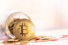 BitcoinBTC金子和击中在掷镖的圆靶的目标中心的箭箭头 库存照片
