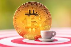 BitcoinBTC金子和击中在掷镖的圆靶的目标中心的箭箭头 ??cryptocurrency?? Blockchain?? 库存图片
