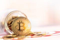 BitcoinBTCgoud en pijltjespijl die in het doelcentrum raken van dartboard stock foto's