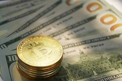 Bitcoinconcept, bitcoin met Amerikaanse rekening 100 van de V.S. Stock Fotografie