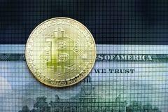 Bitcoinconcept, bitcoin met Amerikaanse 100 rekeningsachtergrond van de V.S. Royalty-vrije Stock Afbeeldingen