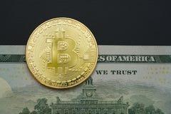 Bitcoinconcept, bitcoin met Amerikaanse 100 rekeningsachtergrond van de V.S. Stock Foto's