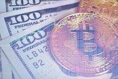 Bitcoinconcept, bitcoin met 100 dollarsrekeningen en de achtergrond van de tendensgrafiek Stock Foto