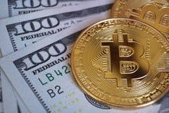 Bitcoinconcept, bitcoins met de achtergrond van de 100 Amerikaanse dollarrekening Stock Foto's