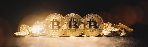 Bitcoincryptocurrency en hoop van gouden goudklompjes - de Zaken bedriegen stock fotografie