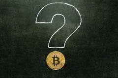 Bitcoingoud op de Raad met een vraagteken stock afbeeldingen