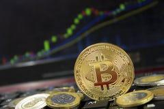 Bitcoinmijnbouw die meer inkomen produceren en prijs op laptop toetsenbord toenemen stock foto's