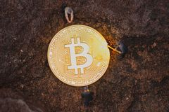 Bitcoinmijnbouw en virtuele cryptocurrencymijnbouw royalty-vrije stock afbeelding