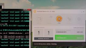 Bitcoinmijnbouw op een Desktop stock footage