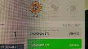 Bitcoinmijnbouw op een Desktop stock video