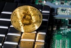 Bitcoinmuntstuk die zich op toetsenbord van computer bevinden Royalty-vrije Stock Foto