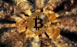 Bitcoinmuntstuk en hoop van gouden goudklompjes Royalty-vrije Stock Foto's